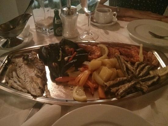 Akrogiali Boutique Hotel : Тарелка с морепродуктами на двоих