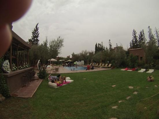 Jnane Leila : La piscine en désordre et surpeuplée
