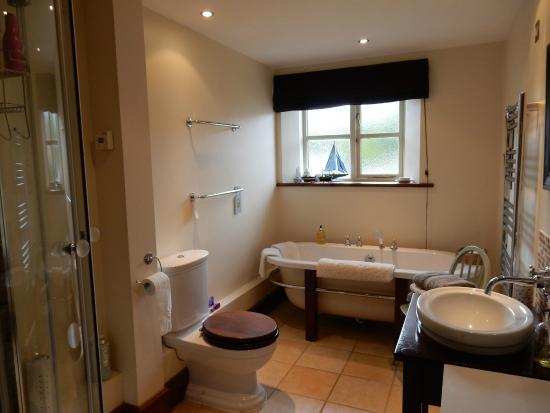 South Barrow, UK: Bathroom with bath & separate shower