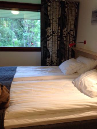 Hotel Laponia: Gode senger, rent  badet.