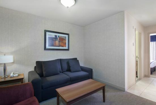 Sandman Hotel & Suites, Calgary Airport: Living Area