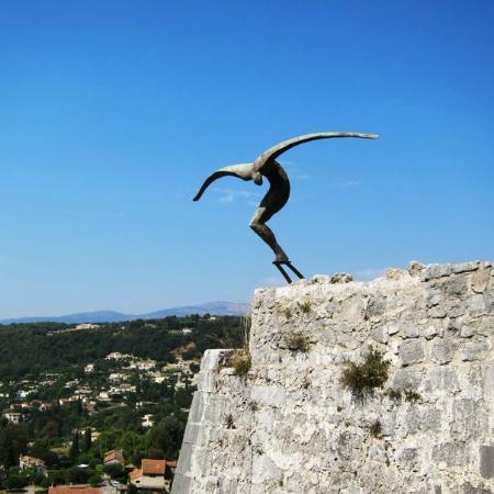 Странная скульптура то ли птицы, то ли самоубийцы
