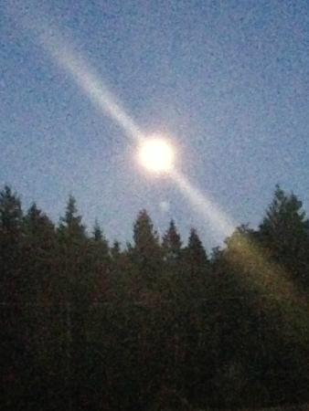 Two Eagles Lodge: Full moon in Comox Valley