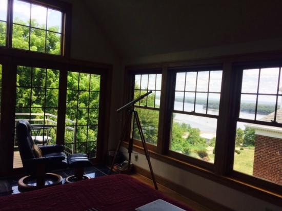 Squirrel's Nest Bed & Breakfast, LLC: a bad photo of the windows in the penthouse!