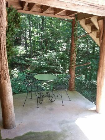 Asheville Cabin Rentals: Lower porch