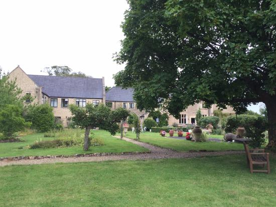 The Gallery Restaurant @ Stanton Manor Hotel: Gardens pretty but in need of some TLC in parts