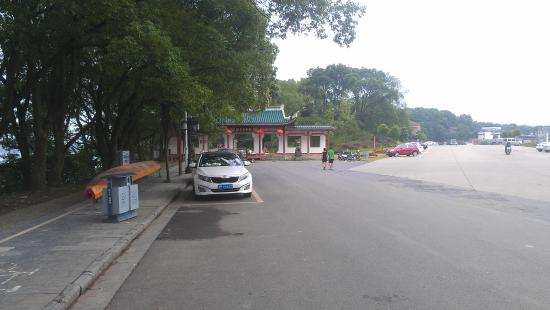 Chaoyangyan Park: Park entrance and parking, end of Pingyang South Road