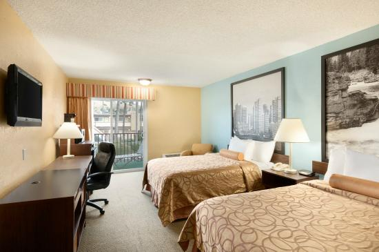 Super 8 Oceanside Marty's Valley Inn: Double Bedroom Upgraded With Patio/Balcony