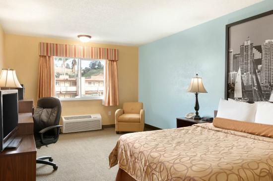 Super 8 Oceanside Marty's Valley Inn: King Bedroom