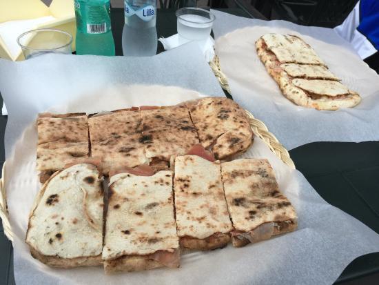 Albanella, Italia: Panuozzo intero classico con mozzarella e crudo e mezzo panuozzo con mozzarella, cotto e funghi