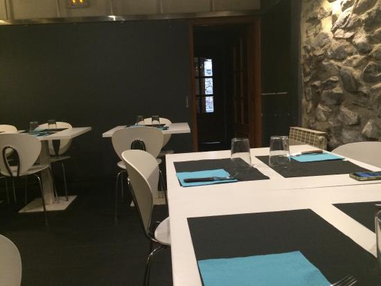 pablo enea restaurante salon interior decoracin moderna en un enclave de casa tpica