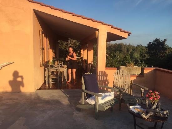 Sa Rocca Tunda, Italy: In het avondzonnetje eten op het balkon voor de deur