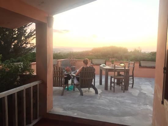 Sa Rocca Tunda, Italy: Het balkon voor onze kamer. Heerlijk uitzicht!