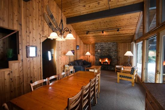 Hill's Resort: Lake side cabin, four bedrooms and two bathrooms