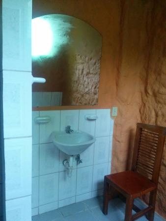 Hosteria El Carmelo: baño sin muebles para nada - tuvimos que traer la silla de la habitación para alguno soporte