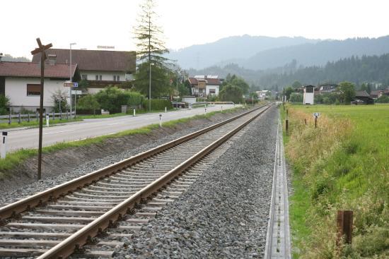 Spoorlijn met op de achtergrond het hotel.