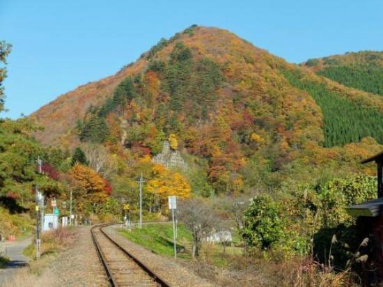 Nishiwaga-machi, Giappone: ローカルな線路と紅葉。