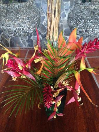Majestic Lodge: Flower arrangement from flowers on the property