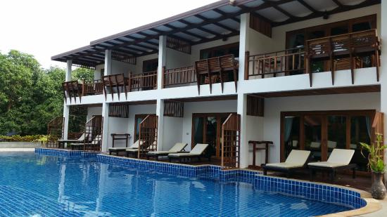 Blue diamond Resort: Pileta y dormitorios
