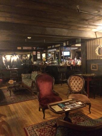 1785 Inn: Bar/parlor