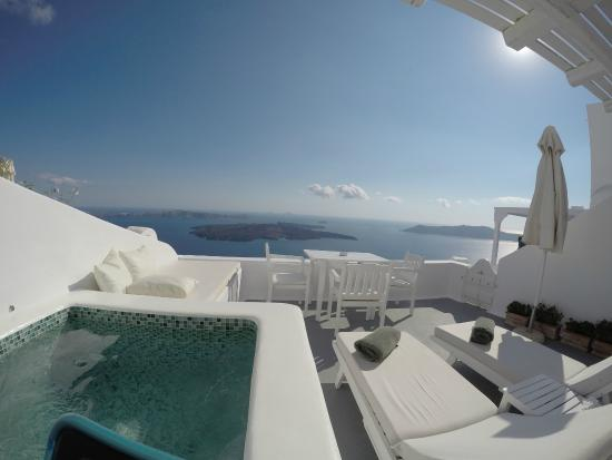 Aliko Luxury Suites: Jacuzzi and the balcony