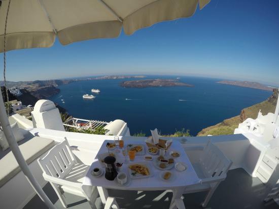 Aliko Luxury Suites: Breakfast on the balcony