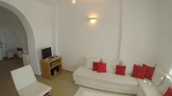Aliko Luxury Suites: Living Room