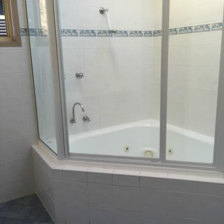NRMA Merimbula Beach Holiday Park Spa Bath Shower Combo