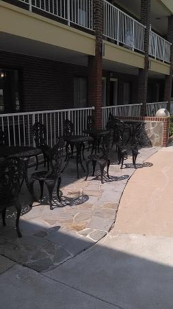 Quality Inn Mount Vernon: Patio area where we met many new friends!