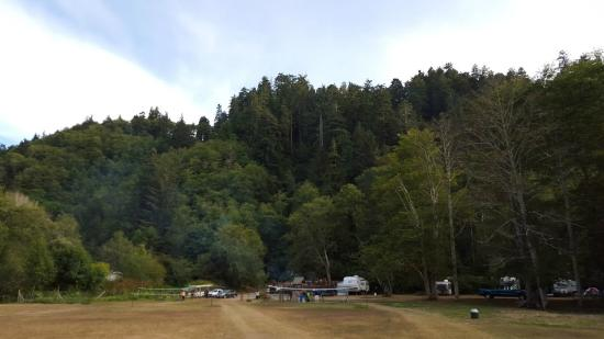Kamp Klamath RV Park: View of the field and play ground from the back side of the campground
