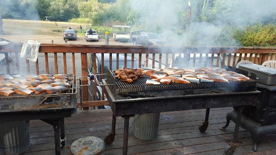 Kamp Klamath RV Park: Salmon BBQ