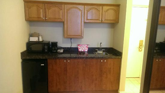 Econo Lodge Woodstock: Updated granite kitchen counter and cupboards