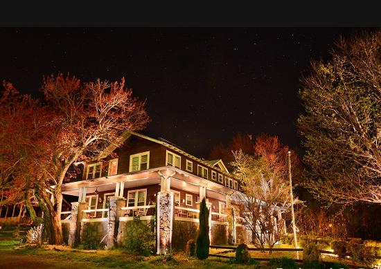Mentone Inn: Night view of the Inn
