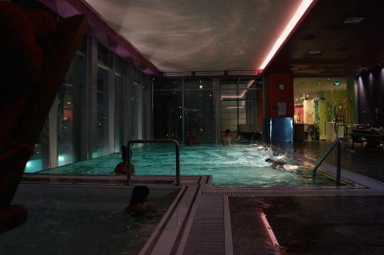 Infinity pool on the 21st floor bild von renaissance - Shanghai infinity pool ...