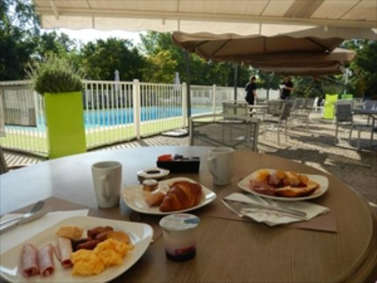 Mercure Annemasse Porte de Genève : 朝食はテラスで気持ち良い。