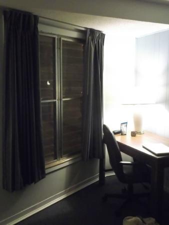 Royal Inn Motel: desk area/window