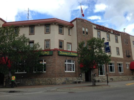 Athabasca Hotel: そとから
