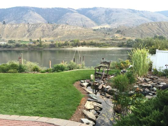 Riverside Bed & Breakfast: Backyard view
