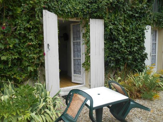 la porta della stanza (lato cortile)