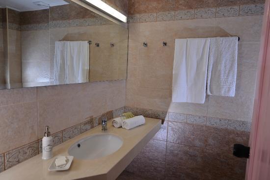 Arlen Beach Hotel : Bathroom in some superior apartments