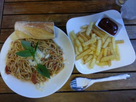 La Boulangerie-Cafe : Spaghetti and fries!