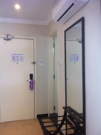 Merchant Hotel: มีกระจกบานใหญ่หน้าห้องน้ำและที่วางกระเป๋า