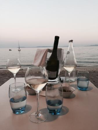 Grand Hotel Moriaz : Apéritif au bord de l'eau, un délicieux vin blanc local