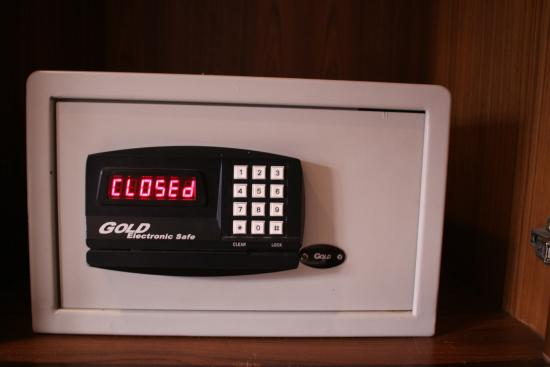 Karon Cafe Inn: All rooms equipped with electronic safe