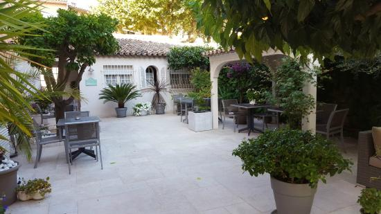 breakfast in the garden photo de hotel le colombier saint tropez tripadvisor. Black Bedroom Furniture Sets. Home Design Ideas
