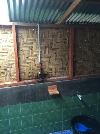 Mega Inn - Tangkahan : Very poor bathroom and bedroom. Also not clean. Beds hard and sheet smelt