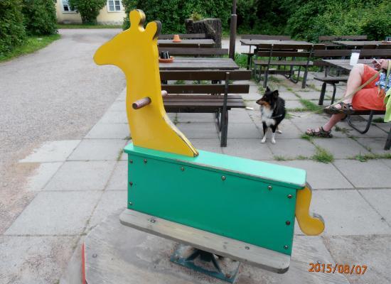 Ravintola Wanha Mylly : Keinuhevonen lapsia varten /  El caballo de oscilación para los niños