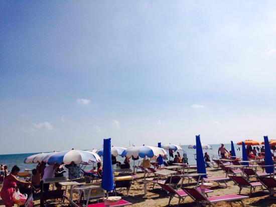 Riccione, Italy: Spiaggia carinissima con tante iniziative.