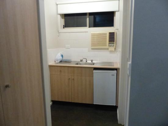 Box Hill Motel: Small sink area.