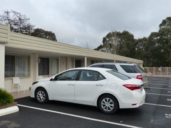 Box Hill Motel: Car parking.